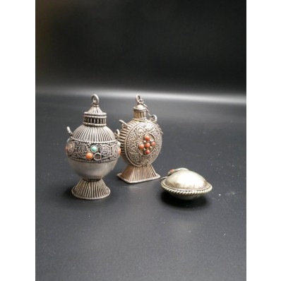 3 pots à khol indien en argent et corail début XXème