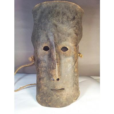 Exceptionnel masque en peau animale