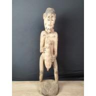 Grande statue asmat de femme avec son enfant